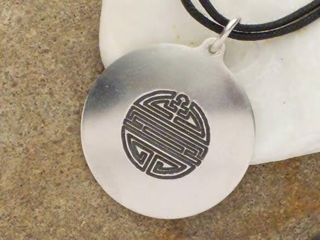 Silberamulett chinesisches Zeichen für Langlebigkeit