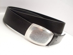 Ledergürtel in schwarz mit feiner Koppelschließe