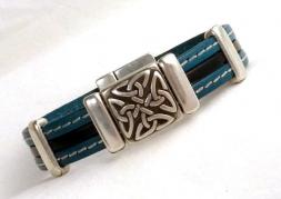 Türkisfarbenes Lederarmband mit keltischem Knoten